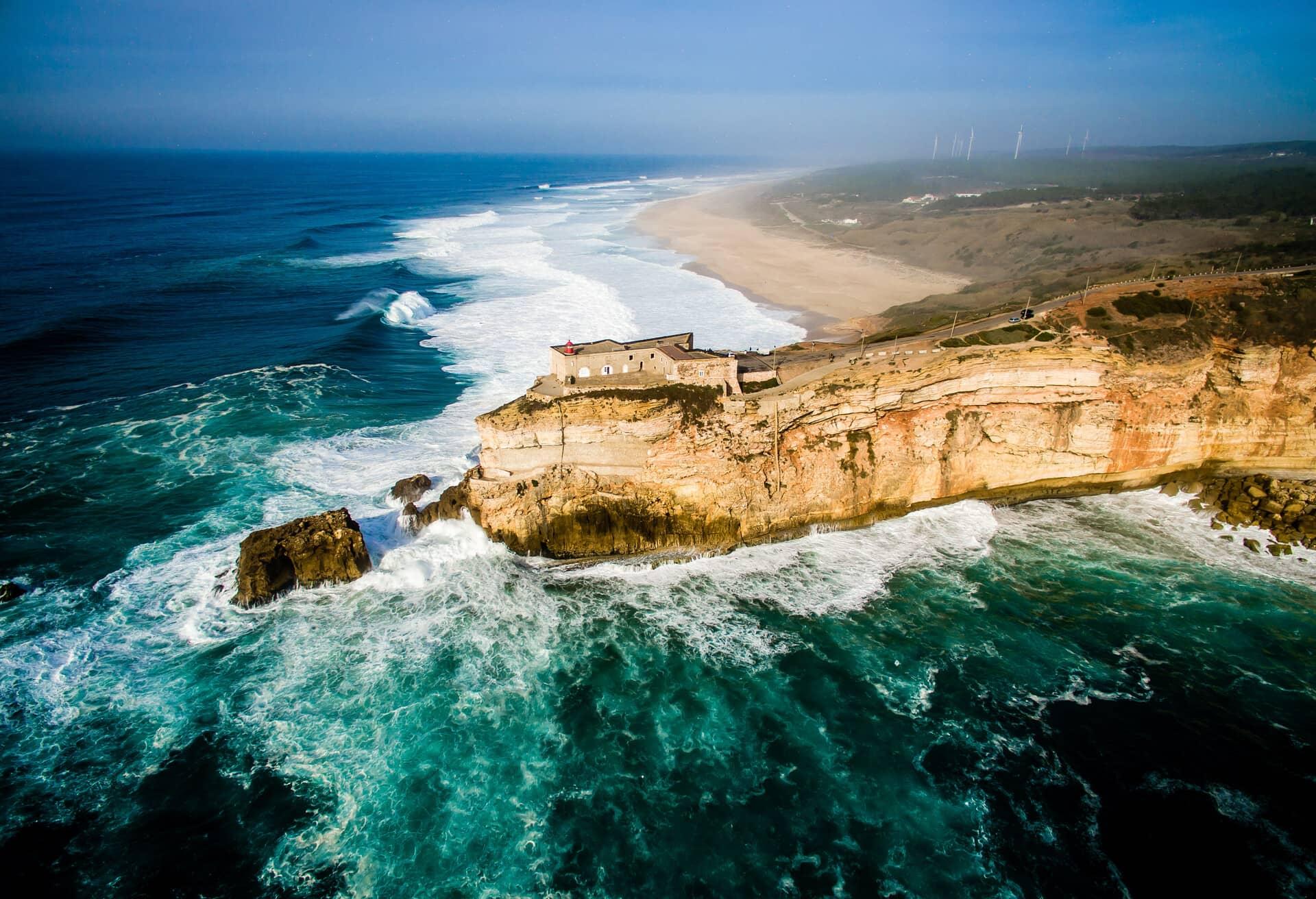 Вид на океанічні скелі в Португалії.