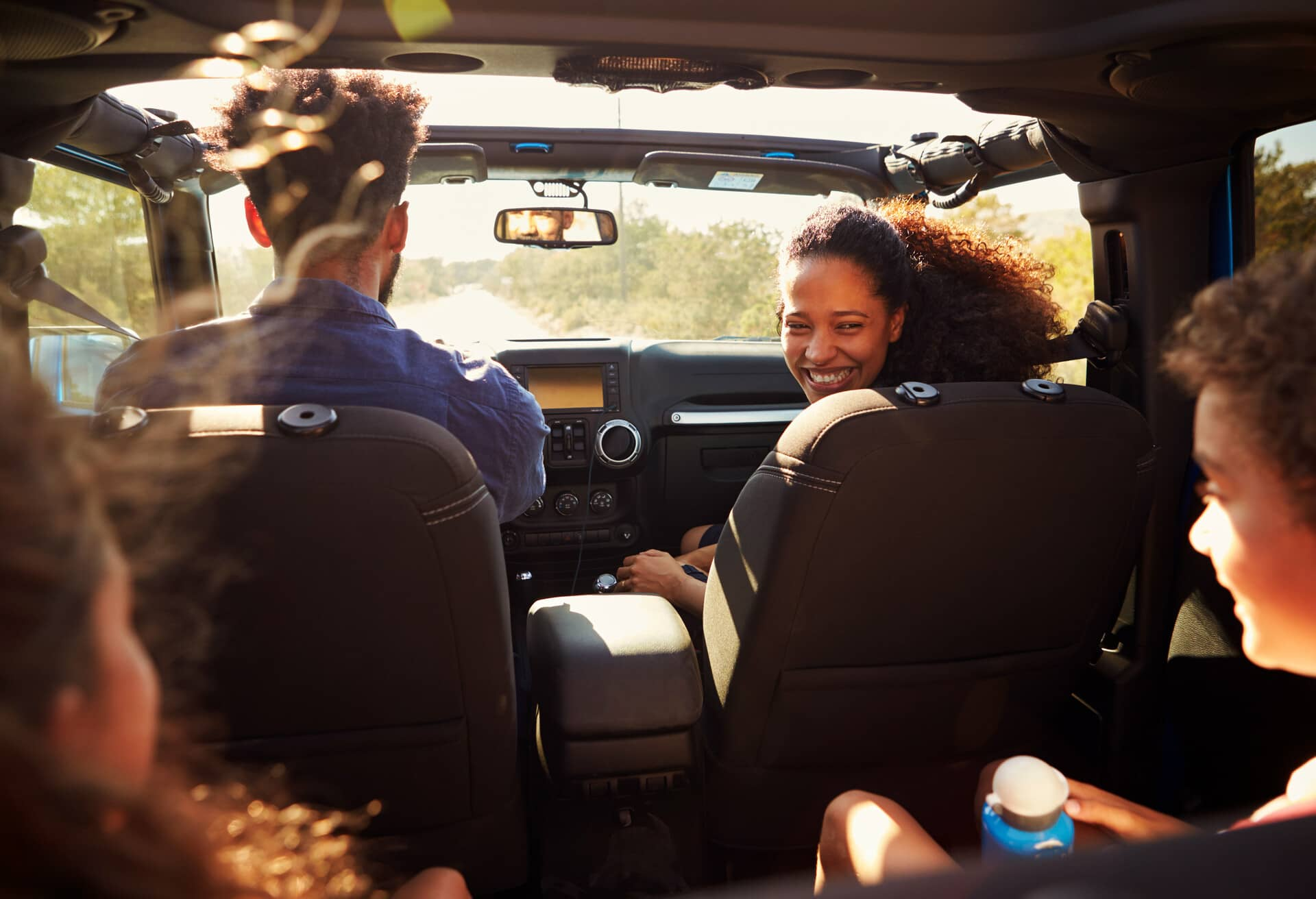 Родина в машині насолоджується поїздкою.