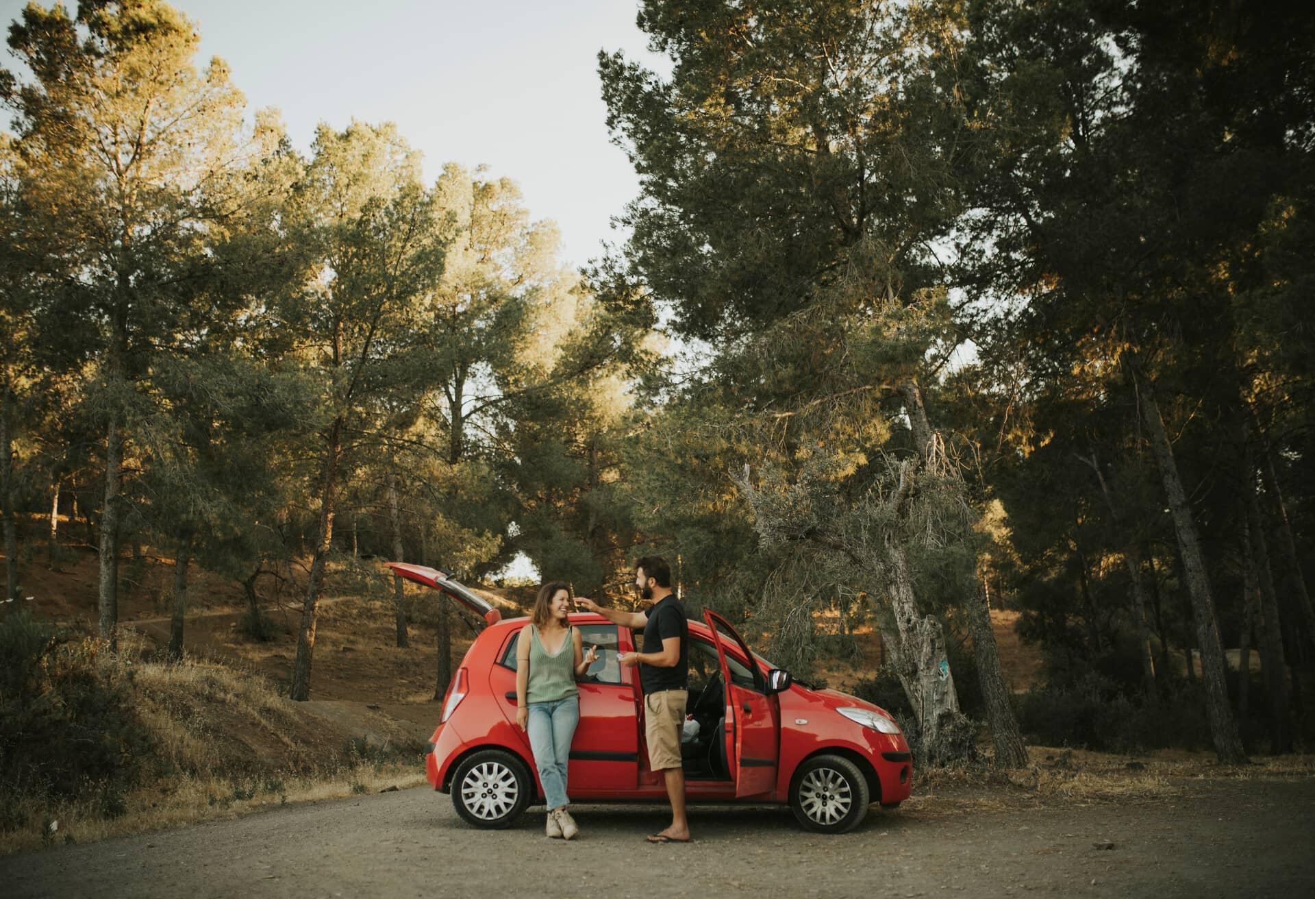Пара на автомобільному відпочинку в Іспанії насолоджується сонячною погодою.