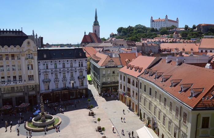 Проведіть день блукаючи вузькими історичними вуличками Братислави