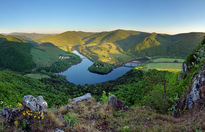 Насолодіться мальовничим видом на чаруючі гори Татри дорогою до Польщі