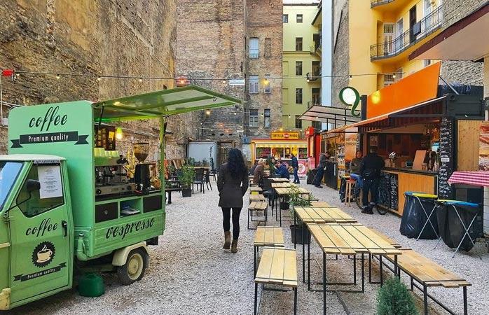 Невеличкий стихійний ринок в Будапешті – одна з родзинок туру Центральною Європою